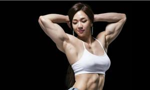 2 mỹ nhân thể hình xứ Hàn mặt dịu dàng, cơ bắp dữ dội