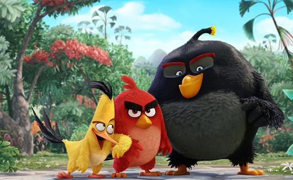 Angry Birds là bộ phim hoạt hình dựng theo tựa game điện thoại cùng tên. Sự thành công vượt mức của thương hiệu game là bảo chứng cho chất lượng của phiên bản điện ảnh này.Câu chuyện phim xoay quanh Red (lồng tiếng bởi Jason Sudeikis), chú chim bị kỳ thị với cặp lông mày to như 2 miếng rong biển, lúc nào mặt mũi cũng cau có khó chịu. Không hoà nhập được với cộng đồng khiến Red hoàn toàn lạc lõng trên hòn đảo thiên đường của loài chim, may thay cậu còn có 2 người bạn, dù có chút &dở hơi, là Chuck và Bomb. Khi những con lợn xanh đổ bộ lên đảo nhăm nhe xâm chiếm, éo le thay lại chỉ có 3 chú chim bị xã hội xa lánh này là biết chuyện gì đang thực sự xảy ra và nắm trong tay cơ hội để cứu cả hòn đảo.