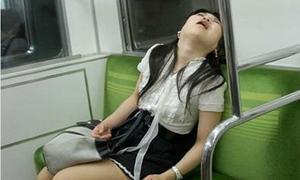 Cười té ghế 10/5: Thiếu nữ có dáng ngủ cực 'duyên' trên tàu điện