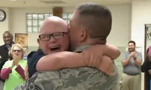 Nụ cười gây nghẹn ngào của cậu bé bị Down khi gặp bố