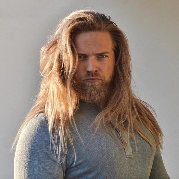 Lasse Matberg, sĩ quan hải quân 30 tuổi người Na Uy, trở thành ngôi sao trên   Instagram nhờ ngoại hình ấn tượng được ví như Thần Sấm Thor phiên bản hiện đại.
