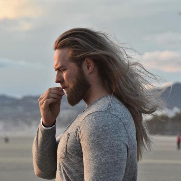 Lasse tiết lộ anh có dùng một loại mặt nạ dưỡng tóc, chỉ thỉnh thoảng chải tóc và   không bao giờ sấy khô. Râu của anh cũng được cắt tỉa cẩn thận mỗi tuần một lần   và dùng sản phẩm tạo kiểu.