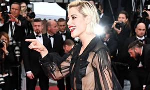 Kristen Stewart bỏ quên nội y, dùng túi áo che ngực