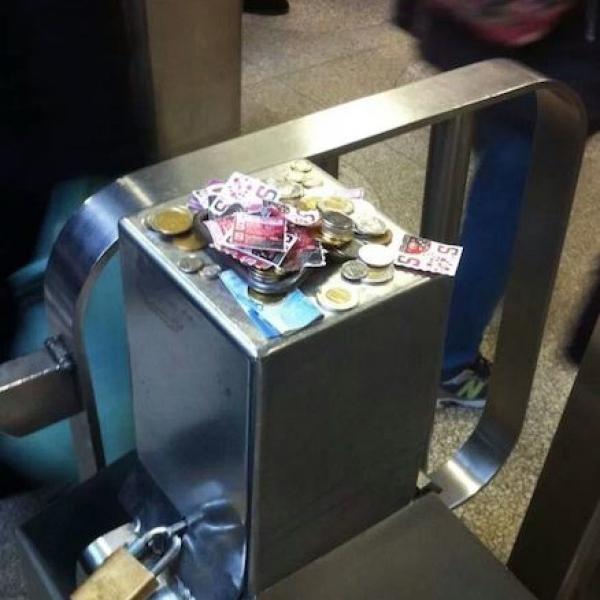 Ở Canada, dù thanh chắn soát vé ở ga tàu điện ngầm bị hỏng, cũng không có nhân   viên nào đứng đo thu phí nhưng hành khách vẫn tự động nộp tiền ở cửa vào.