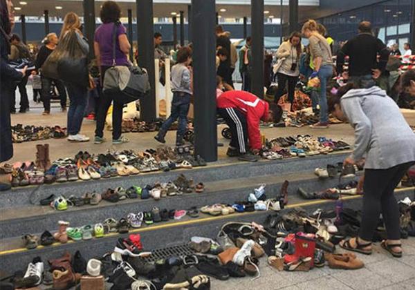 Người dân Hungary mang giày đến nhà ga Budapest cho những người dân tị nạn.