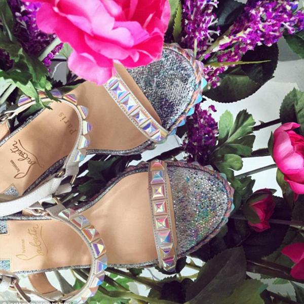 Vickybabyswl, con gái một tỷ phú Trung Quốc, khoe đôi giày dát bạc hiệu Louboutin lúc vừa đi mua sắm về, khiến hơn 800.000 người theo dõi tài khoản Instagram của cô ghen tị.