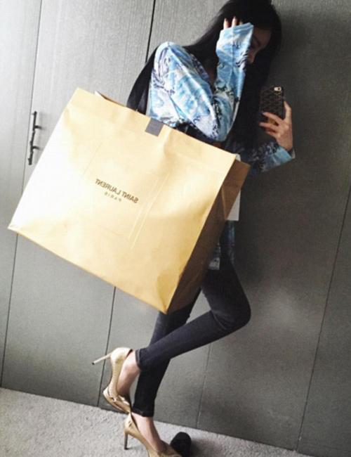 Vickybabyswl khoe chiến lợi phẩm sau chuyến mua sắm đồ thời trang hàng hiệu Saint Laurent.