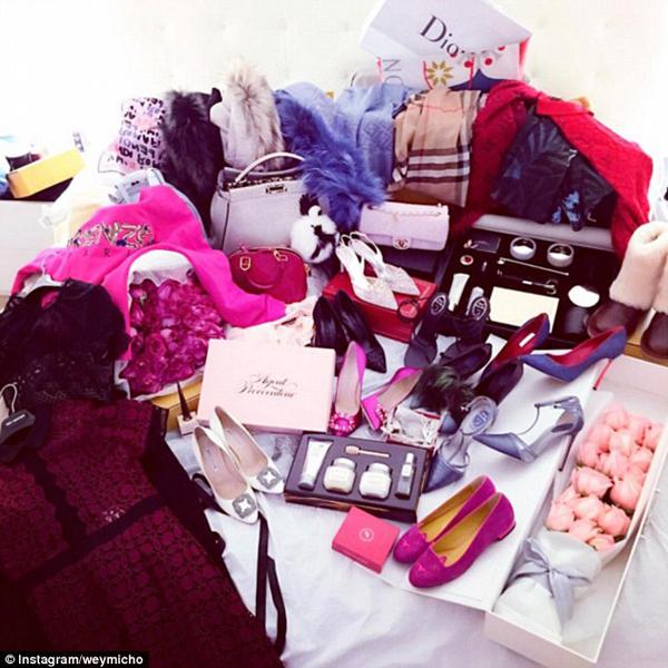 Những món đồ hàng hiệu đắt tiền được Weymicho (21 tuổi) chia sẻ với tuyên bố cô chẳng có lý do gì phải thực tập ở một trung tâm mua sắm cả.