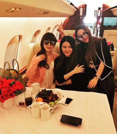 Christina Lee khiến không ít người theo dõi Instagram của mình phải ghen tỵ khi tận hưởng chuyến đi bằng máy bay riêng cùng 2 cô bạn.