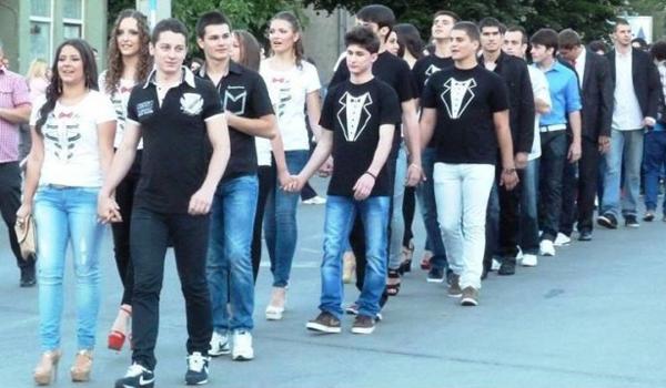 """Thay vì sắm sửa quần áo đẹp cho buổi dạ tiệc tốt nghiệp, các học sinh cuối cấp ở   Pirot (Serbia) quyết định dùng toàn bộ số tiền để giúp đỡ các gia đình có trẻ mắc   bệnh hiểm nghèo. Họ mặc quần jeans, áo phông đơn giản đến buổi lễ rồi đi diễu   hành ở trung tâm thành phố với thông điệp: """"5 phút tỏa sáng của bạn bằng cả cuộc   đời của ai đó""""."""