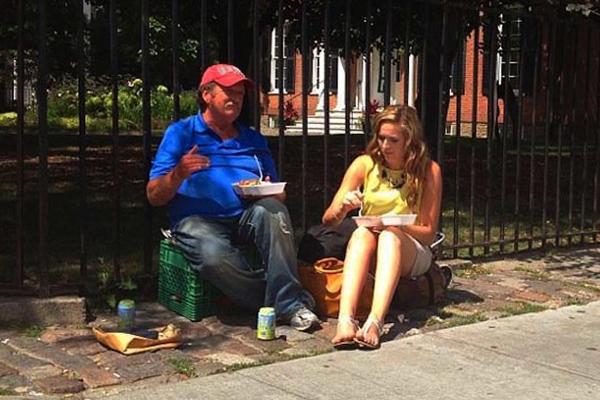 Cô gái tóc vàng mua cơm cho người đàn ông vô gia cư, cùng ngồi ăn và trò chuyện   một cách thoải mái.