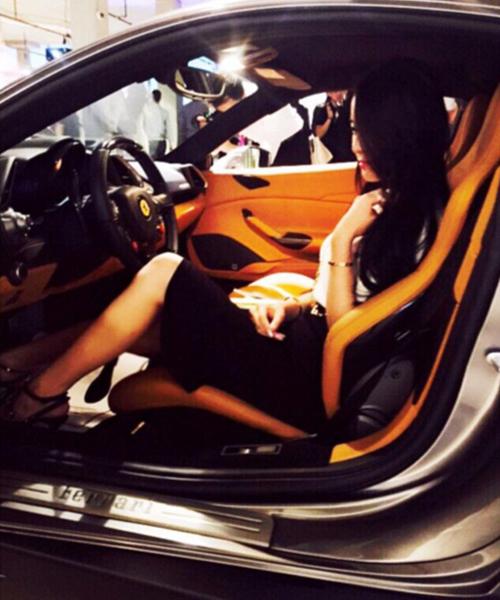 Weymicho tạo dáng trên chiếc Ferrari 488 tại một salon ô tô sang trọng ở Vancouver, Canada.