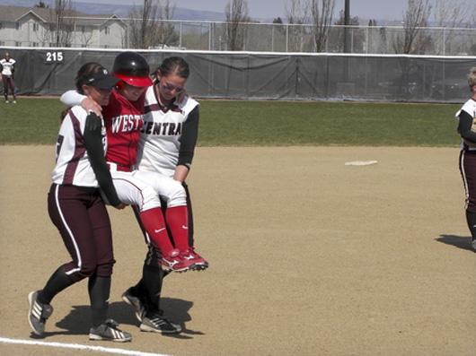 Trong trận bóng chày ở trường, một nữ sinh đã bị thương khi thi đấu. Thành viên   đội đối thủ đã công kênh cô bạn này vòng quanh sân bóng để cô bạn có thể ghi   điểm.