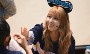 2 lần idol Hàn nghịch ngợm lỡ tay làm đau fan