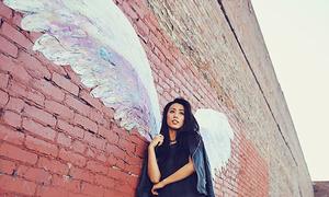 Cách tạo dáng đẹp với background đôi cánh thiên thần