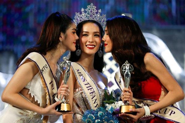 Jiratchaya Sirimongkolnawin (giữa) được trao vương miện Miss Tiffany's Universe   2016 trong đêm chung kết diễn ra vào tối 13/5 tại Pattaya. Minanan Santap (trái) là   Á hậu 1 và Lananda Wattanasivilaikun là Á hậu 2.