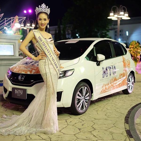Ngoài vương miện và cúp, người chiến thắng Miss Tiffany's Universe còn nhận   được 150.000 baht tiền mặt (hơn 94 triệu VND), ô tô trị giá 800.000 baht (hơn 500   triệu VND) và các sản phẩm làm đẹp từ nhà tài trợ. Tổng giá trị giải thưởng cho   người chiến thắng là 1,5 triệu bath. Cô cũng đại diện cho Thái Lan tại cuộc thi Miss   International Queen (Hoa hậu chuyển giới quốc tế).