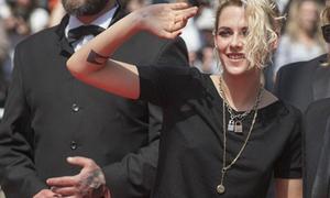 Kristen Stewart không đường cong, không áo ngực ở Cannes