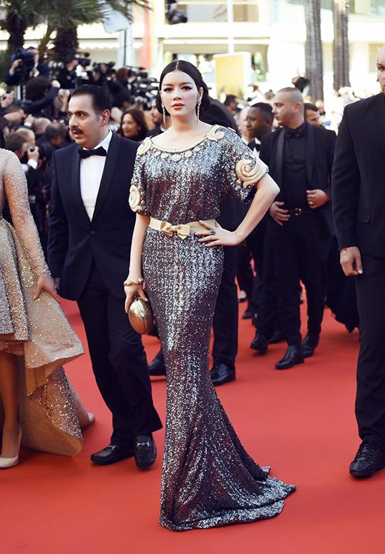 Xuất hiện trên thảm đỏ Cannes trong buổi ra mắt bộ phim Mal The Pierres của đạo diễn Nicole Garcia, Lý Nhã Kỳ gây choáng ngợp khi xuất hiện đẹp mê man với bộ đầm kim sa cực kỳ diễm lệ của thương hiệu lừng danh Alexis Mabille.