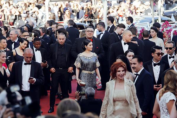 Trên thảm đỏ Cannes, với dập dìu tài tử giai nhân bên cạnh, Lý Nhã Kỳ nổi bật lộng lẫy với sắc vóc, hình ảnh đẹp mê người