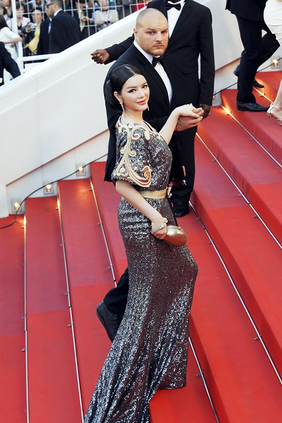 So với những bộ cánh trên thảm đỏ khác, trang phục của Lý Nhã Kỳ gần như không có đối thủ với gu thời trang khắc hoạ vẻ đẹp cổ điển, quyền lực của một nghệ sĩ, đồng thời cũng là nữ doanh nhân, nhà tài trợ của Cinefondation Cannes 2016.