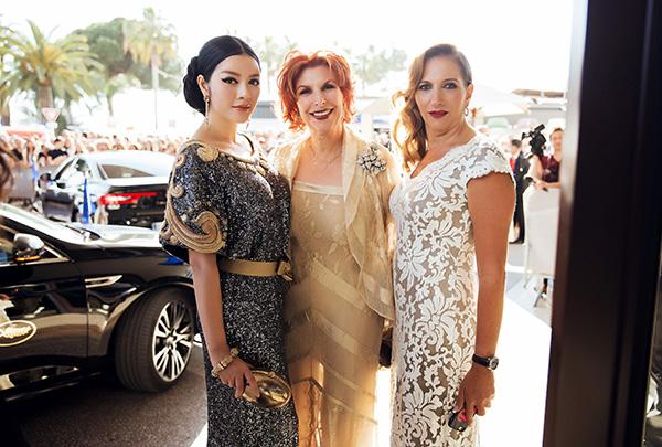 Hình ảnh Lý Nhã Kỳ có sức hút mạnh ngay khi cô vừa xuất hiện trước sảnh khách sạn, những nữ đại gia người Mexico là khách mời của LHP Cannes lập tức tiến đến làm quen và đề nghị chụp hình kỷ niệm.