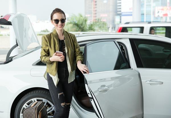 Chiều 16/5, Angela Phương Trinh cùng chuyên gia trang điểm có mặt tại sân bay để làm thủ tục sang Pháp dự LHP Cannes.