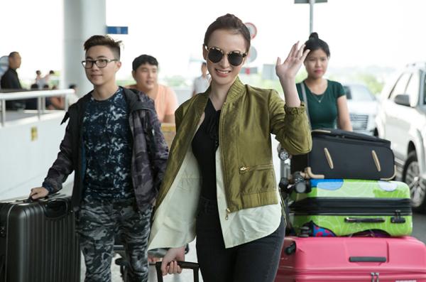 5 chiếc vali nặng hơn 100 kg từ trên xe xuống với sự giúp sức của trợ lý và người bạn đồng hành. Phải mất hơn 15 phút, cô mới mang hết hành lý vào quầy check-in của sân bay.
