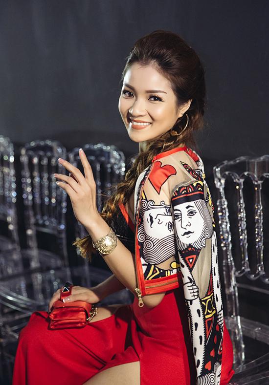 gười đẹp khéo léo mix với túi của thương hiệu Valentino và makup