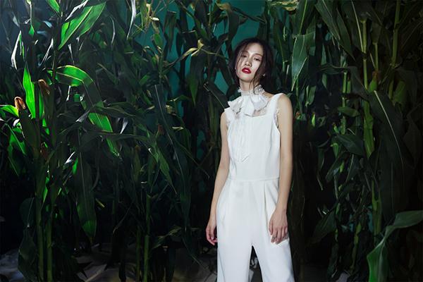 Những thiết kế mới cũng nằm trong xu hướng thời trang đang được các nàng IT girl như Kendal Jenner hay Kiko lăng xê mạnh mẽ, ví dụ như áo hai dây mặc ngoài áo dài tay, áo trễ vai, áo cổ yếm&