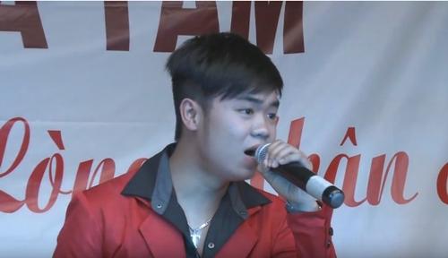 Nguyễn Huy tham gia biểu diễn tại một hoạt động từ thiện ở Bến Tre năm 2013.