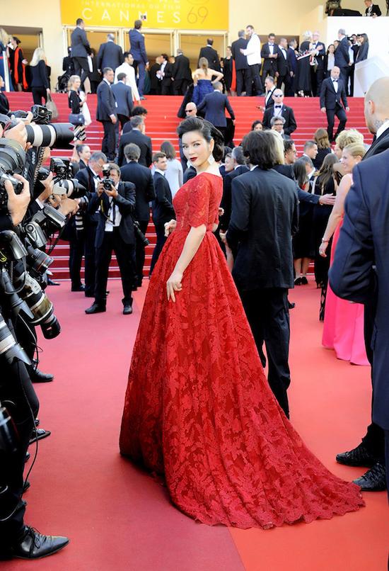 Trên thảm đỏ Cannes tham dự ra mắt bộ phim Julieta của đạo diễn  Pedro Almodovar, Lý Nhã Kỳ xuất hiện lộng lẫy với bộ đầm haute  couture của thương hiệu Georges Hobeika.