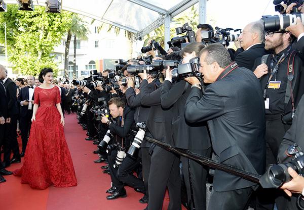 Vẻ sang trọng, đài các của Lý Nhã Kỳ lập tức gây ấn tượng ngay từ  khi cô bước xuống sảnh chuẩn bị tới thảm đỏ. Rất nhiều ống kính phóng  viên quốc tế đã săn đón Lý Nhã Kỳ ngay từ thời khắc này.