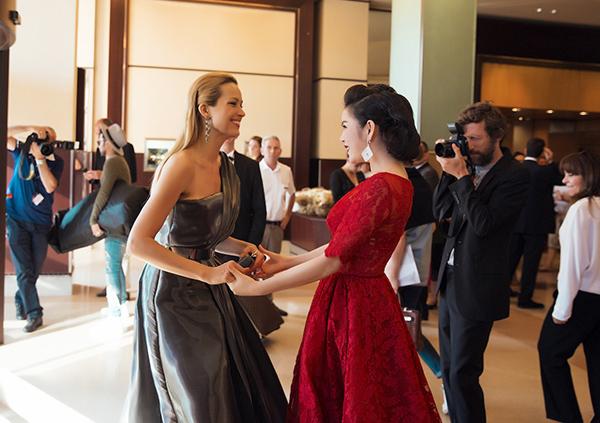 siêu mẫu kiêm MC nổi  tiếng người Séc, Petra Nemcova, cô lập tức tiến tới nói chuyện thân thiết  và không ngớt lời khen ngợi về bộ đầm và hình ảnh cổ điển của Lý Nhã  Kỳ.