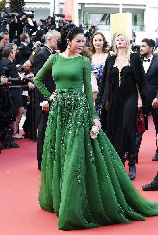 Trong ngày thứ 4 tham gia thảm đỏ LHP Cannes, Lý Nhã Kỳ chọn cho mình đầm xanh lá thuộc dòng haute couture của thương hiệu Georges Hobeika với phom dáng cổ điển hoài nhớ về hình ảnh những nàng công chúa, tùng váy xoè rộng thướt tha duyên dáng, rất cổ tích.