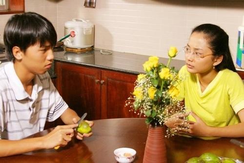 Võ Lê Anh Đào (sinh năm 1989) sở hữu gương mặt hiền, nụ cười xinh xắn. Anh Đào đảm nhận vai Hạnh cận có tính cách nhu mì, học giỏi trong phim. Diễn xuất tự nhiên của Anh Đào nhanh chóng nhận được sự yêu mến. Vì lý do cá nhân nên cô nàng không thể tiếp tục phần 3 của Kính Vạn Hoa.