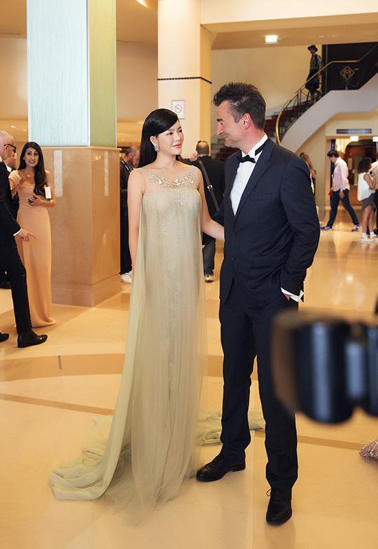 Gặp gỡ tại sảnh khách sạn chuẩn bị tới thảm đỏ, ông Antoine Dray, tổng giám đốc người Pháp của công ty truyền thông và sự kiện quảng bá phim cho các đoàn phim và sao Hollywood trong khuôn khổ Cannes đã hết lời khen ngợi về thần thái quyến rũ của Lý Nhã Kỳ.
