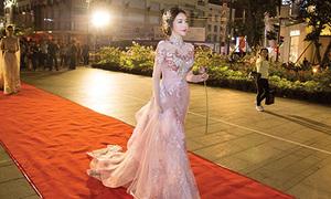 Elly Trần, Trúc Diễm đi giày gót cao catwalk gần 1 cây số