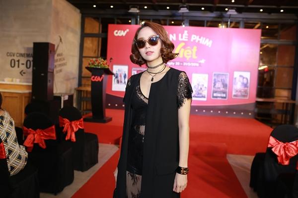 Để tránh hớ hênh, nữ diễn viên Bao giờ có yêu nhau khoác thêm áo khoác dài cùng tông màu phía ngoài.