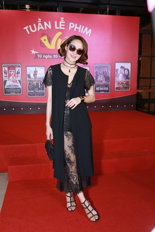 Minh Hằng vừa tham gia sự kiện khai mạc 'Tuần lễ phim Việt' tại TP HCM. Xuất hiện trên thảm đỏ, nữ diễn viên diện bộ cánh ren xuyên thấu