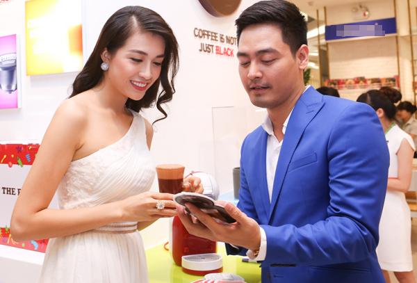 Ít có cơ hội gặp mặt, MC Phan Anh và Á hậu Lệ Hằng đã tranh thủ thời gian chụp nhiều  ảnh kỷ niệm với nhau, trò chuyện về công việc, cuộc sống đời thường. Người dẫn chương trình điển trai còn thể hiện sự ga-lăng khi tự tay trình diễn nghệ thuật pha cà-phê đương đại cho Á hậu Hoàn vũ Việt Nam thưởng thức.