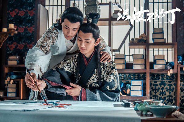 Bộ phim xoay quanh câu chuyện tình của Đào Mặc và Cố Xạ tại huyện Đàm Dương với biết bao dở khóc dở cười.