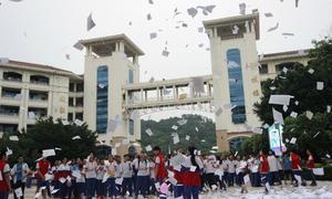 Học sinh Trung Quốc xé sách, đạp bóng để giải tỏa áp lực thi ĐH