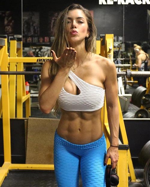 Hiện, ngoài công việc người mẫu thể hình, Anella còn mở phòng tập và làm huấn   luyện viên.