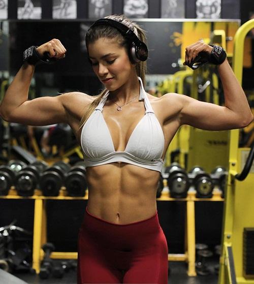 Sau khi tập gym, thân hình vốn gầy gò của Anella dần thay đổi, việc làm mẫu cũng gặp khó khăn. Nhiều người khuyên cô dừng tập vì cho rằng cô đang phá hủy vóc dáng người mẫu của mình. Tuy nhiên, Anella vẫn kiên trì với những bài tập giúp cơ thể săn chắc và tăng cơ bắp.