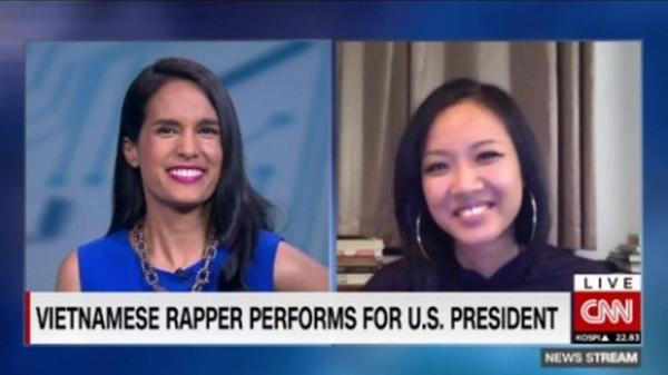 Suboi trả lời phỏng vấn trực tuyến với một PV của kênh CNN.