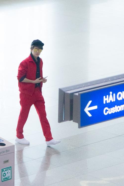 Sáng nay 26/5 vào lúc 10h ngôi sao điện ảnh, ca sĩ Golf Pichaya đã có mặt tại sân bay Tân Sơn Nhất Tp.HCM. So với giờ dự kiến Golf Pichaya xuất hiện chậm hơn 1h do máy bay đến trễ.