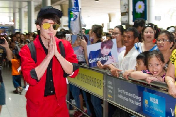 Golf Pichaya nhanh chóng gửi lời chào tới fan Việt.