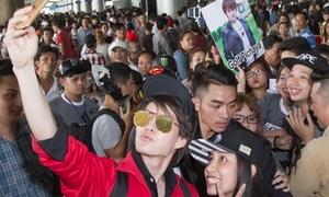 Sao 'Tình yêu không có lỗi' bị fan Việt vây kín ở sân bay