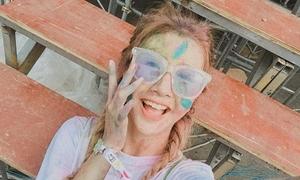 Dàn hot teen mặt lấm lem bột màu selfie cực nhắng